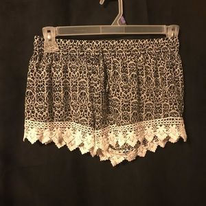 👗Breeze Ever crochet trimmed shorts